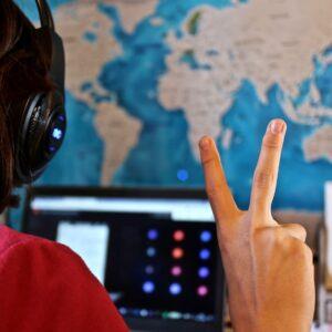 Une fille réalisant un module e-learning HSE