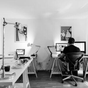 un auto-entrepreneur à son domicile sur un ordinateur portable